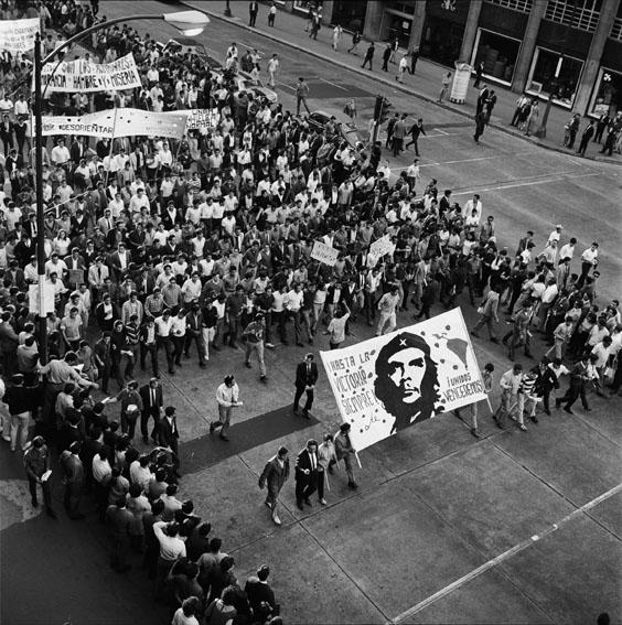 Marcha de 13 de agosto, sobre Avenida Ju‡rez ©ÊIISUE AHUNAM, Fondo Manuel Gutierrez Paredes, MGP2150