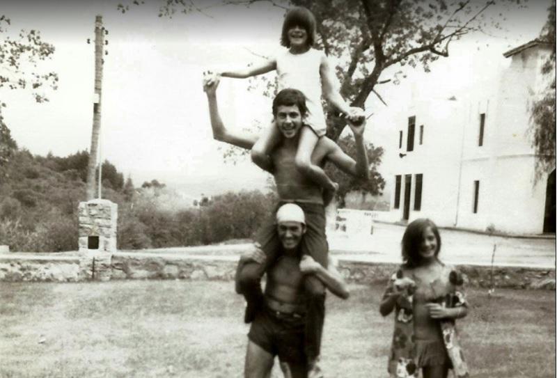 Raúl con su hermana Roxana y amigos en el complejo Vaquerías de la UNC, entre 1974 y 1975.